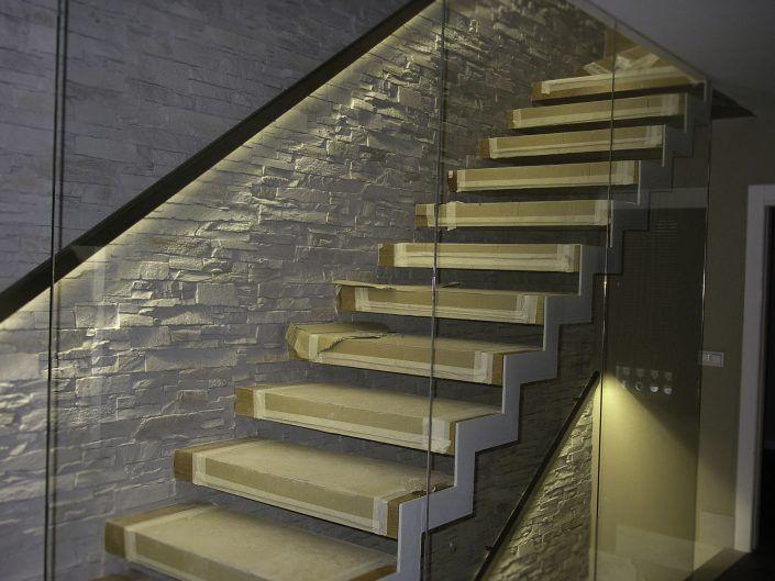 Escaleras de interior con pasamanos en acero inoxidable retroiluminado