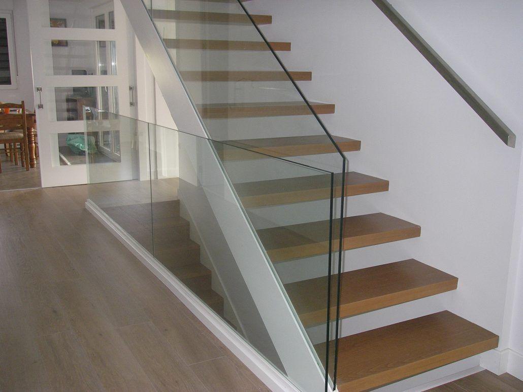 Escalera con pasos en madera y cristal